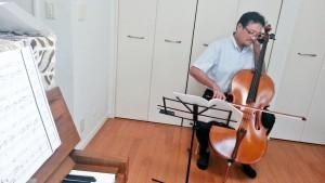 チェロを弾く菊池先生とピアノ